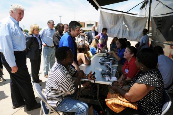 sobrevivientes y personal de FEMA en un centro de recuperación por desastre