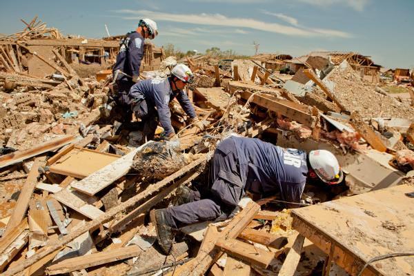personal removiendo escombros